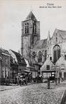7416 Gezicht op de Markt en de Onze-Lieve-Vrouwekerk in Tholen, met links boerenkarren en onderdelen hiervan van een ...