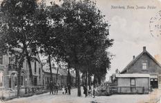 7471 Gezicht op de Noordweg in de Anna Jacobapolder (gemeente Sint Philipsland), met de Gereformeerde kerk en ...