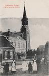 7554 Gezicht op de Dorpstraat te Clinge met de R.K. Henricuskerk. Op de voorgrond een poserend gezelschap