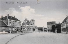 7579 Gezicht op de Markt te Hontenisse; rechts staat de dorpspomp