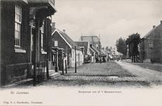 7708 Gezicht op de Dorpstraat te Sint Jansteen met links het gemeentehuis
