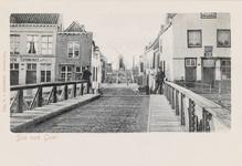 7767 Gezicht op de Brug te Sas van Gent met links een estaminet. Op de achtergrond een molen