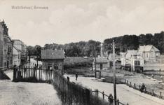 7847 Gezicht op de Schaapskooi met daarachter de Westkolkstraat en rechts de Middensluis te Terneuzen. Links het in ...