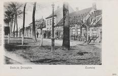7958 Gezicht op de oostkant van het Dorpsplein, met travalje, te Zaamslag