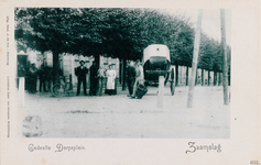 7962 Gezicht op het Dorpsplein te Zaamslag met een uitgepannen rijtuig