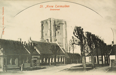 8105 Gezicht op de Dorpstraat van Sint Anna ter Muiden met dorpspomp en travalje; op de achtergrond de toren van de ...