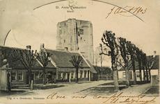 8106 Gezicht op de Dorpstraat van Sint Anna ter Muiden met dorpspomp en travalje. Op de achtergrond de toren van de ...