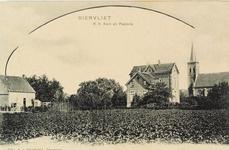 8135 Gezicht op de R.K. kerk en pastorie te Biervliet