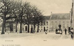 8319 Gezicht op de Markt te Groede met rechtsachter het gemeentehuis en daar voor poserende personen. Links van het ...