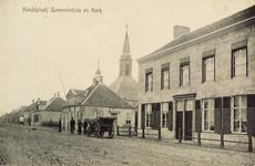 8363 Gezicht op Hoofdplaat met het gemeentehuis en de Ned. Herv. kerk; op de hoek van de straat staat een kar
