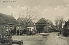 8372 Gezicht op de Dorpstraat te Sint Kruis met links een aantal poserende personen, rechts een travalje/smidse