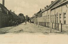8378 Gezicht op de Dorpstraat te Nieuwvliet met links een travalje, aan het einde van de straat staat de molen