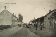 8385 Gezicht op de Dorpstraat te Nieuwvliet met poserende personen. Op de achtergrond een paar rijtuigen ter hoogte van ...