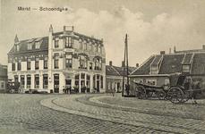 8455 Gezicht op de Markt te Schoondijke met hotel-café-restaurant en tramstation De Zwaan (Anno 1903), rechts een ...