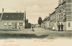 8456 Gezicht op de Markt en de Sasputsestraat te Schoondijke, rechts poserende personen voor het gemeentehuis