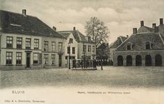 8495 Gezicht op de Markt met de Wilhelminaboom en de Hoofdwacht te Sluis