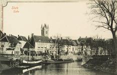 8587 Gezicht op de Kade te Sluis met enkele afgemeerde schepen. Op de achtergrond het café-estaminet A la Belle Vue en ...