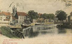 8588 Gezicht op de Kade te Sluis met enkele afgemeerde schepen. Op de achtergrond het café-estaminet A la Belle Vue en ...
