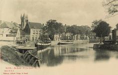 8589 Gezicht op de Kade te Sluis met enkele afgemeerde schepen. Op de achtergrond het café-estaminet A la Belle Vue en ...
