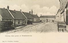 8640 Dorpsgezicht van Waterlandkerkje met links een travalje