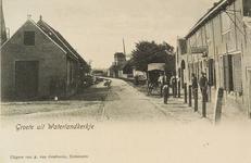 8642 Gezicht op Waterlandkerkje met rechts een café en op de achtergrond de molen