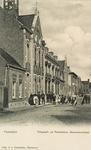 8679 Gezicht op de Goeverneurstraat te IJzendijke met voor het postkantoor een groep poserende personen