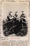 9343 Drie meisjes in protestantse, Zuid-Bevelandse dracht
