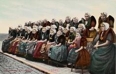 9425 Een groep poserende meisjes en vrouwen in Axelse dracht