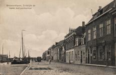 9461 Gezicht op de Haven Zuidzijde te Brouwershaven met rechts het postkantoor, met wapenschild boven de brievenbus