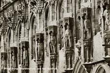 9695 De beelden van de graven en gravinnen van Holland en Zeeland op de voorgevel van het stadhuis aan de Markt te Middelburg