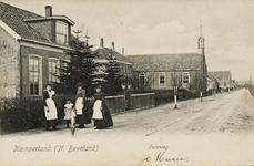 9810 Gezicht op de Veerweg te Kamperland met de Nederlandse Hervormde kerk met school en pastorie