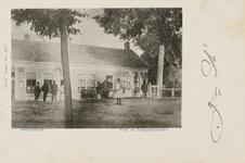 9856 Gezicht op het post- en telegraafkantoor te Kortgene, met een handkar en personen