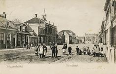 9897 Gezicht in de Voorstraat te Wissenkerke (Noord-Beveland) met op de voorgrond kinderen en achter de toren van de ...