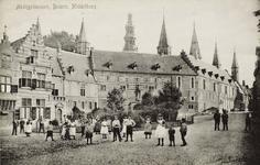 9971 Gezicht op de Balans te Middelburg met poserende personen (voornamelijk kinderen) bij het plantsoen en op de ...