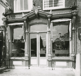 2555-1 Pand van de Zeeuwse Apotheek, Grote Markt 10 te Goes, aangepast naar ontwerp van architect J.D. Poley, in ...