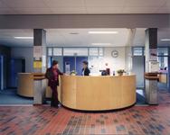 5526-2 Hal met receptiebalie schoolgebouw ROC Westerschelde, Vlietstraat 11a te Terneuzen, ontworpen door architect B. ...