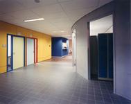 5526-6 Gang in het schoolgebouw ROC Westerschelde, Vlietstraat 11a te Terneuzen, ontworpen door architect B. Westenburger