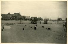 A-13186 Ouwerkerk. Gezicht over de begraafplaats op de zuidoosthoek van het dorp naar het Heultje, nu Kon. ...