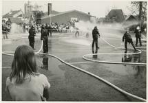AR-0037-007 Renesse. Zeeanemoonweg. Brandweeroefening op Koninginnedag op het plein voor de Rabobank