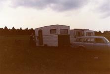 AR-0037-036 Haamstede. Zandweg. Brandweeroefening in het openzagen van een caravan om een slachtoffer (een pop) er uit ...