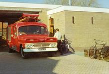 AR-0037-137a Haamstede. Schuitkant. De nieuwe brandweerkazerne met daarvoor de Chevrolet ladderwagen met kenteken ...
