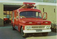 AR-0037-137b Haamstede. Schuitkant. De nieuwe brandweerkazerne met daarvoor de Chevrolet ladderwagen met kenteken ...