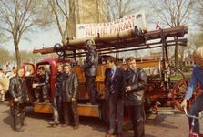 AR-0037-155 Renesse. Hoek Korte Reke / Lange Reke. De manschappenwagen met kenteken NN-10-93 uit 1952 op Koninginnedag