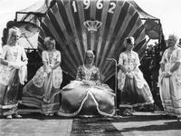 B-1140 Bruinisse. Havenkade. Mosselkoningin Janny Geluk op haar troon met enkele hofdames