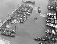 B-1148 Bruinisse. Haven. Een overzicht van de haven met de versierde boten, vol met passagiers, de eerste boten gaan ...