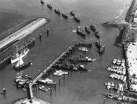 B-1152 Bruinisse. Haven. Visserijdagen. De vloot keert terug in de haven na de rondvaar, de mijnenveger, Hr. Ms. ...