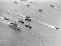B-1156 Bruinisse. Krammer. Visserijdagen, de boten tijdens de rondvaart, met op de voorgrond links de mijnenveger M856, ...