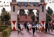 B-1180 Bruinisse. Viering 500 jaar Bruinisse, een muziekkorps komt onder de opgerichte poort door, op de achtergrond de ...