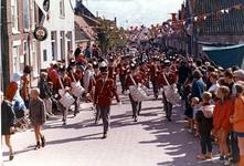 B-1186 Bruinisse. Oudestraat. Tamboer en pijperkorps Excelsior uit Goes, tijdens het mosselfeest en de viering van het ...