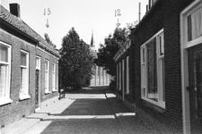 B-1444 Bruinisse. Bergstraat. Achter in de Bergstraat de huizen nr. 12 en 13, met op de achtergrond tussen de bomen de ...